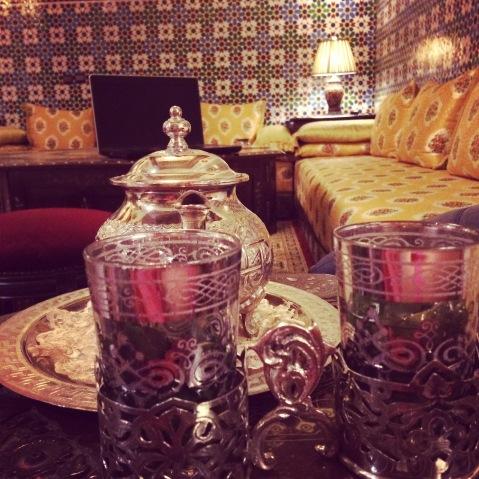 Berber tea. Imbryk i zdobione szklanki w koszyczkach. Hotelik w Fes.